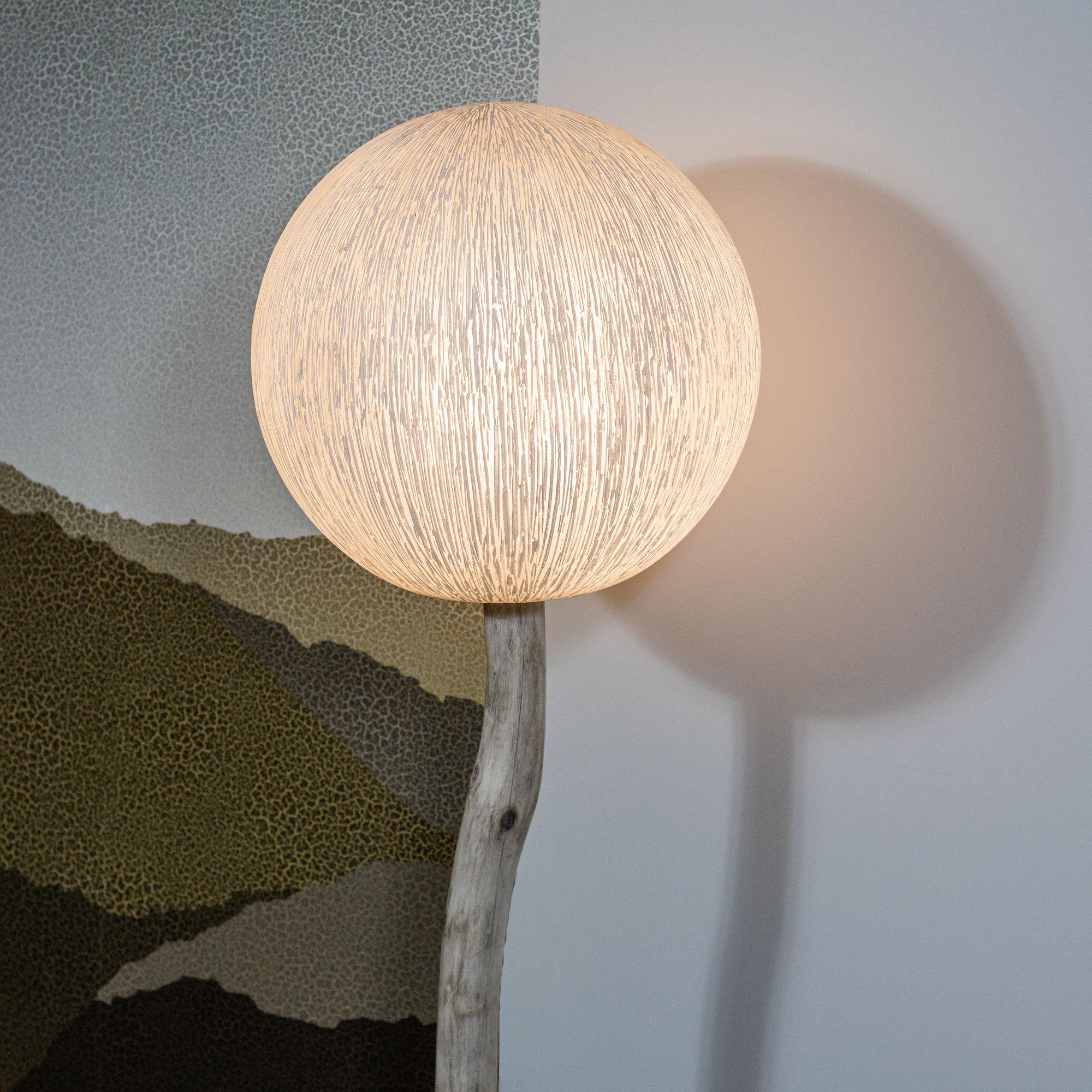 Lampadaire en fibre de verre et pied en racine de bois H139cm