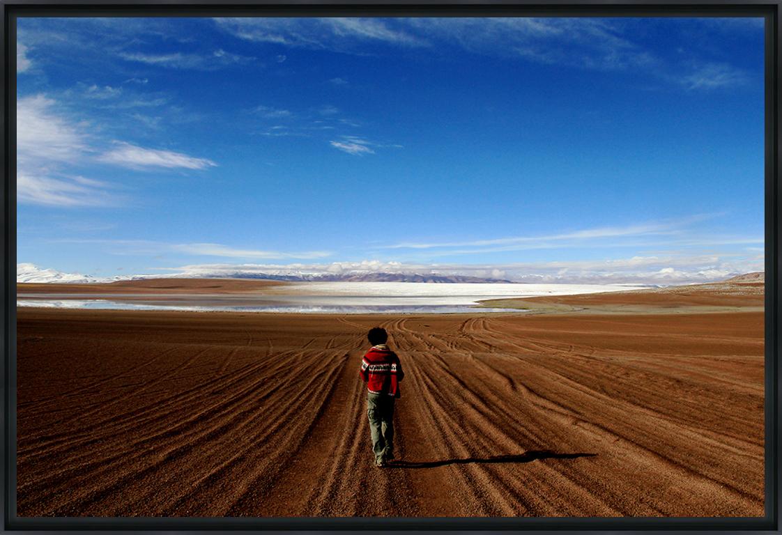 SEUL AU MONDE - Photo encadrée de Sofia Benchekroun 90 x 60 cm
