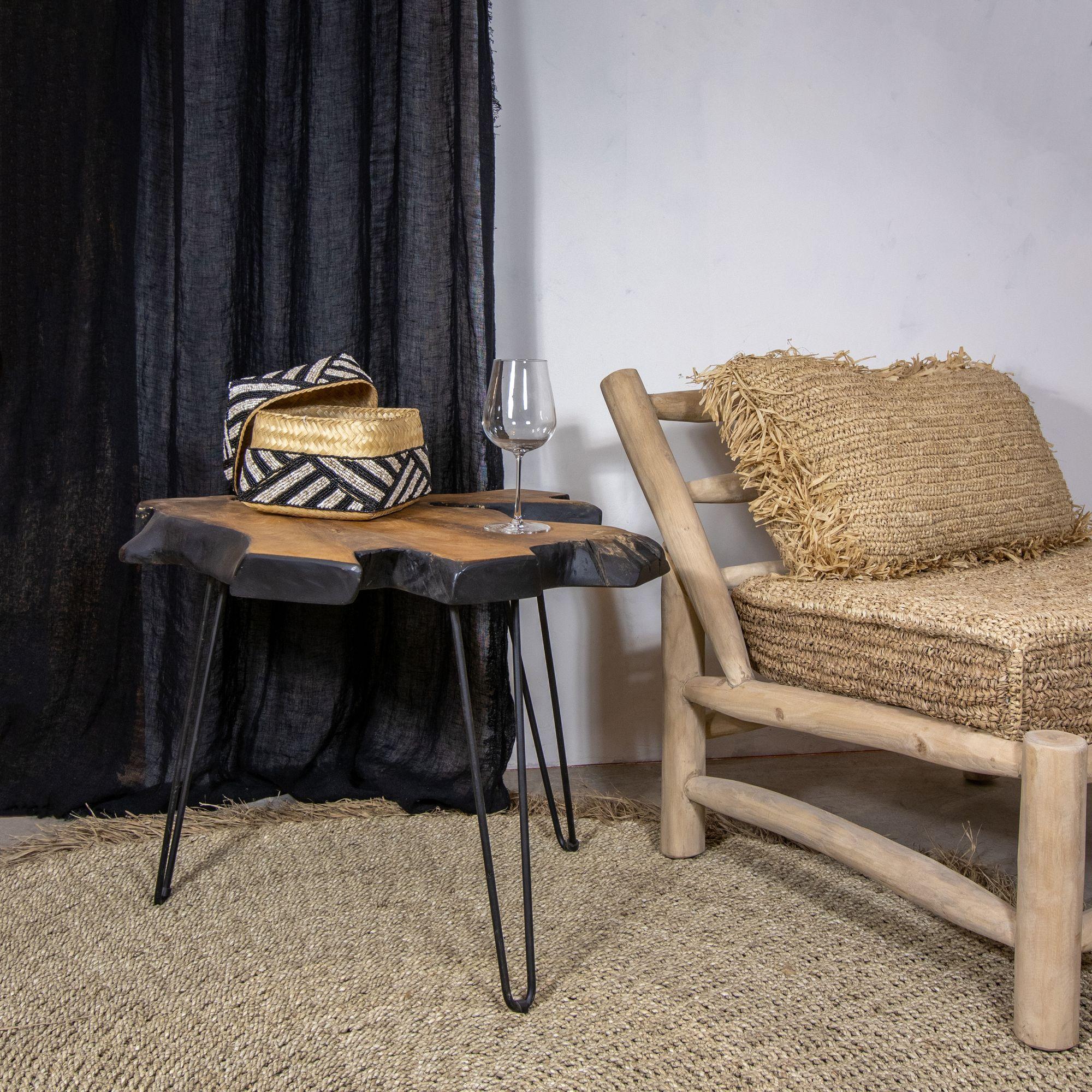 Table basse en teck contouré noir pieds en métal noir