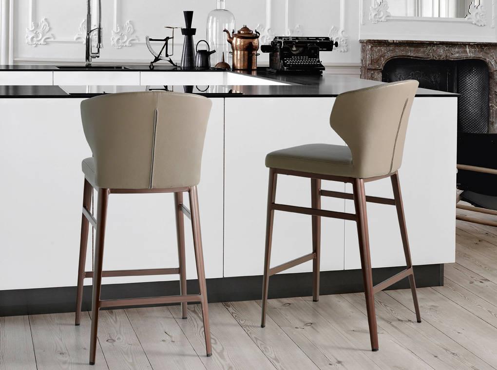 Chaise de bar effet cuir taupe pieds en acier