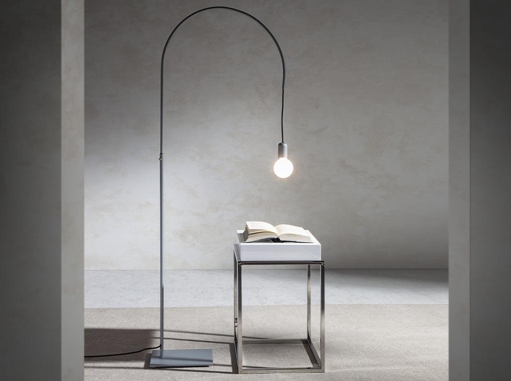 Table basse d'angle laquée blanche et verre