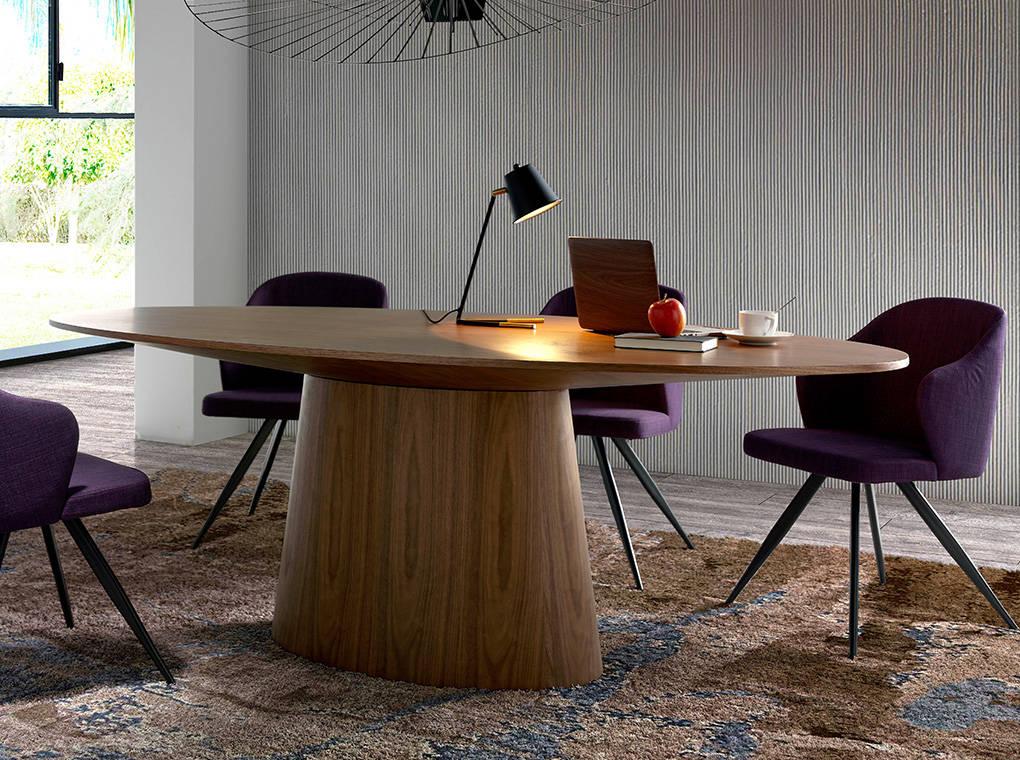 Chaise rembourrée en tissu violet et pieds en métal noir