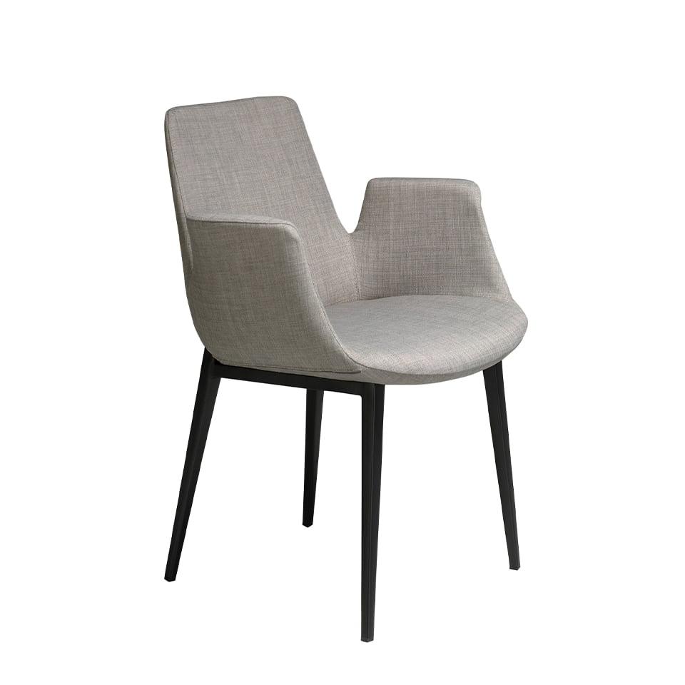 Chaise en tissu capitonné avec accoudoirs et pieds en acier