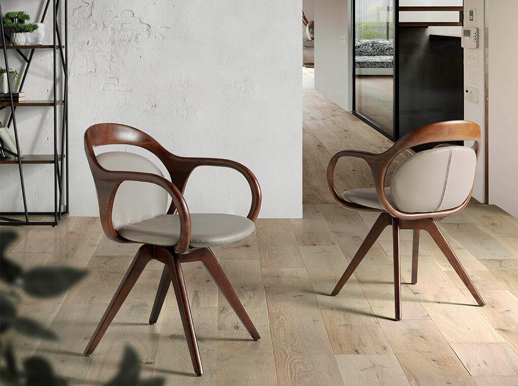 Chaise effet cuir taupe avec accoudoirs et structure plaqués noyer