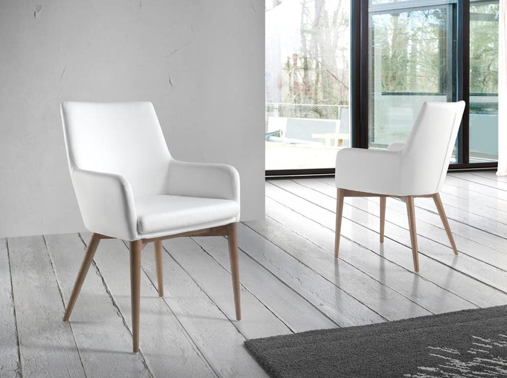 Chaise design effet cuir blanche avec accoudoirs et pieds en bois