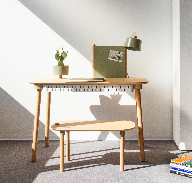 Bureau chêne avec tiroir, bol, lampe et séparateur vert