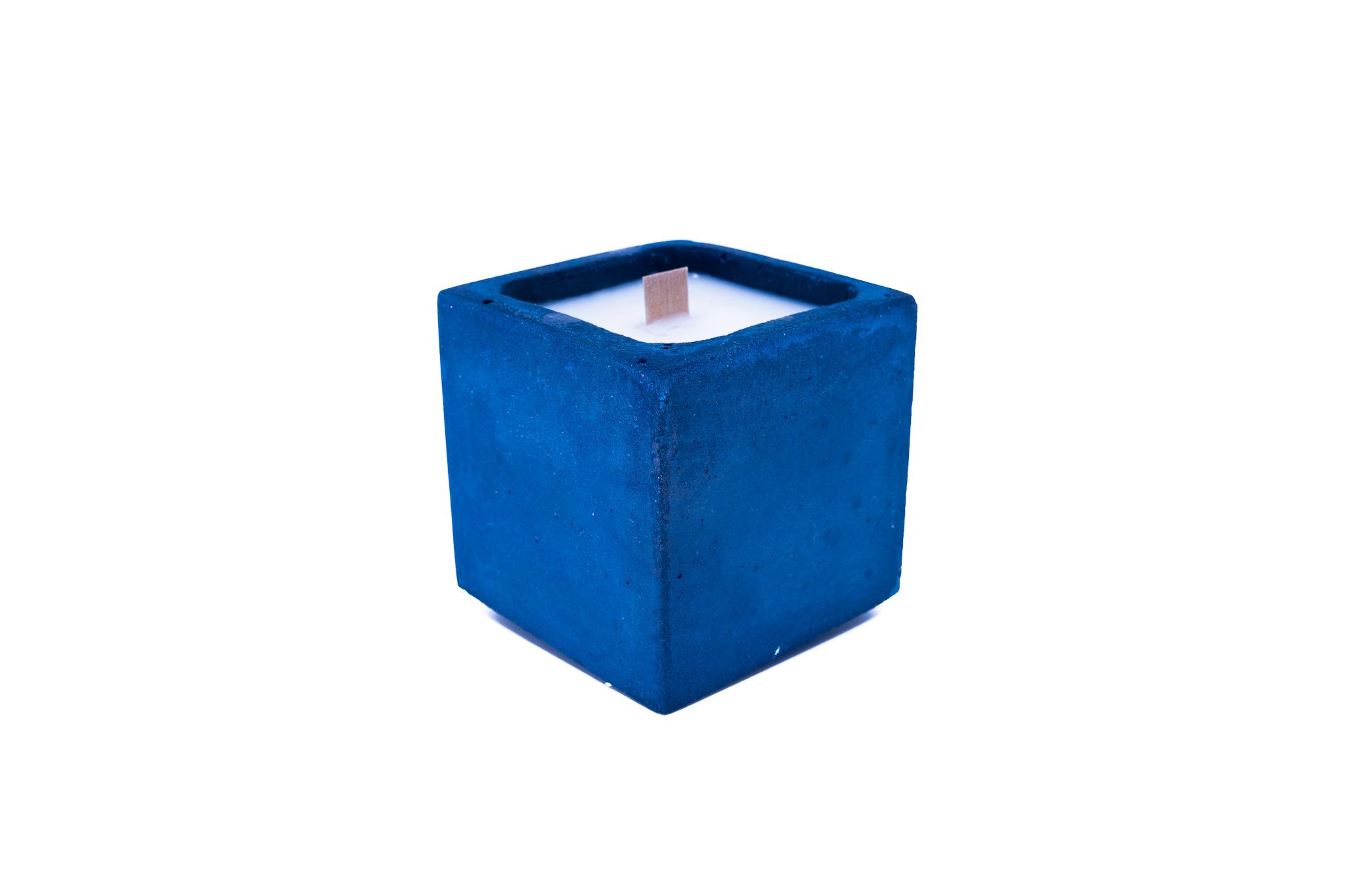 Bougie en béton coloré bleu fleur de monoï