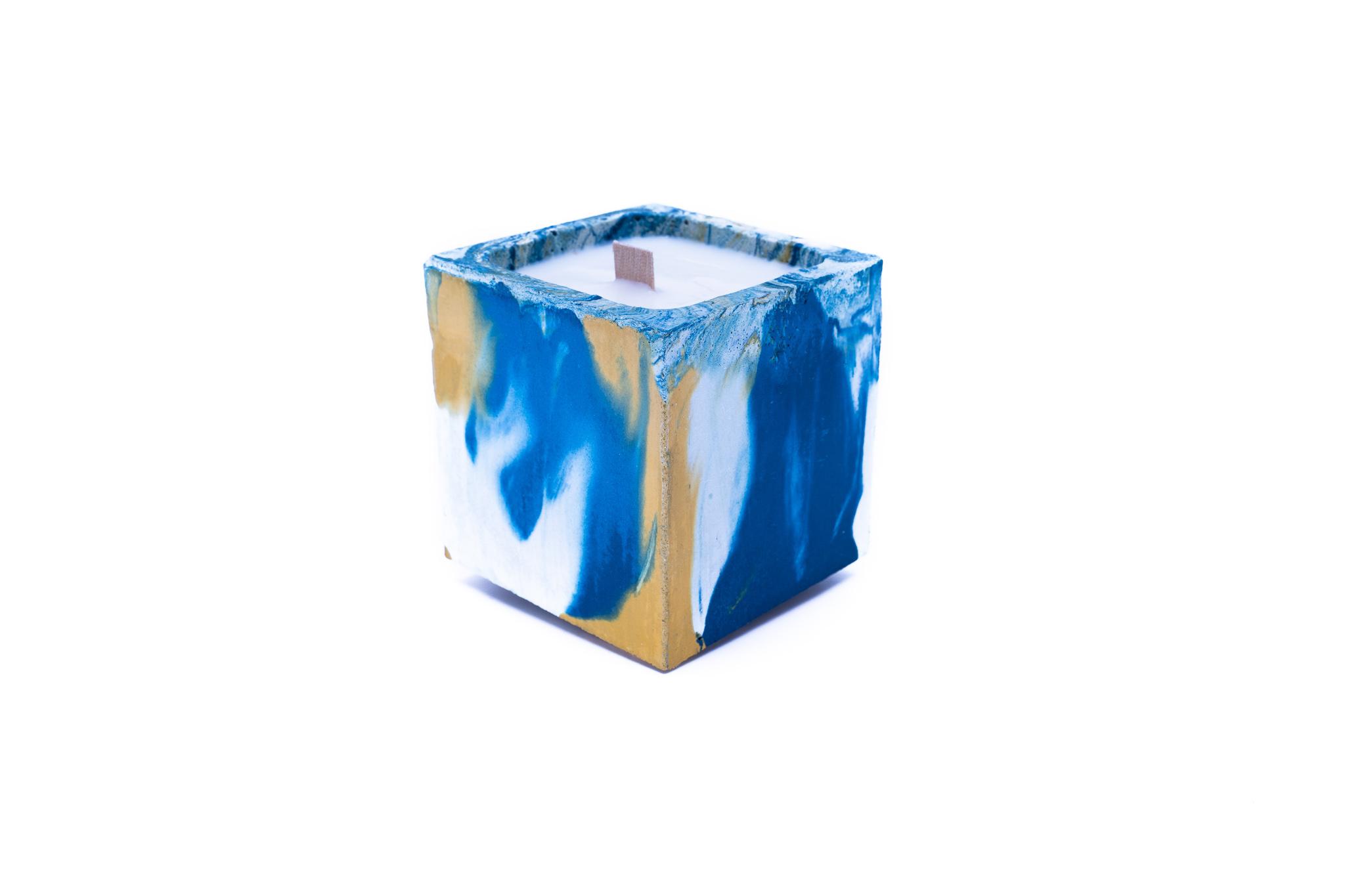 Bougie en béton coloré marbré bleu et jaune fleur de monoï