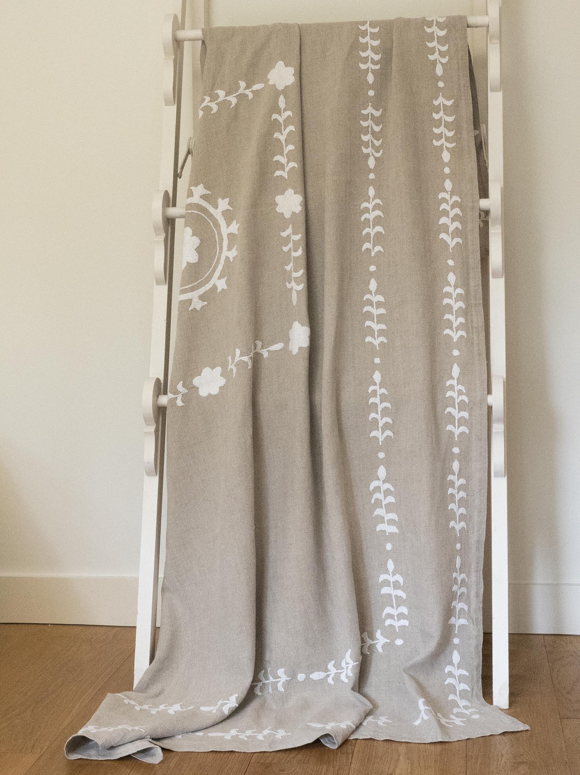 KALOVA - Jeté de lit brodé à la main en lin naturel 240x140 cm