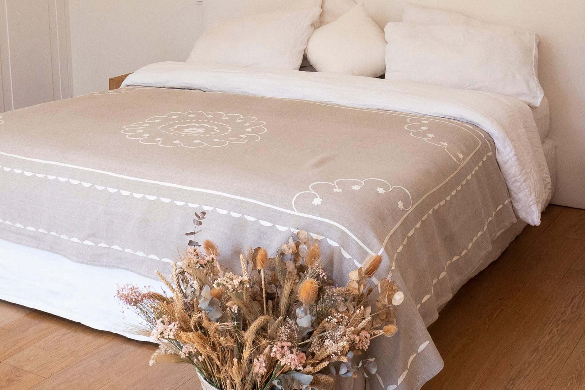 SO'ZANA - Jeté de lit brodé à la main en lin naturel 240x140 cm
