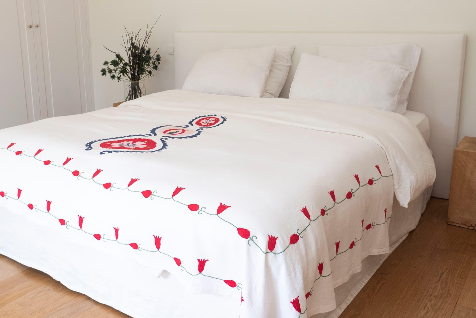 BAHOR - Jeté de lit brodé à la main en lin ivoire 240x140 cm