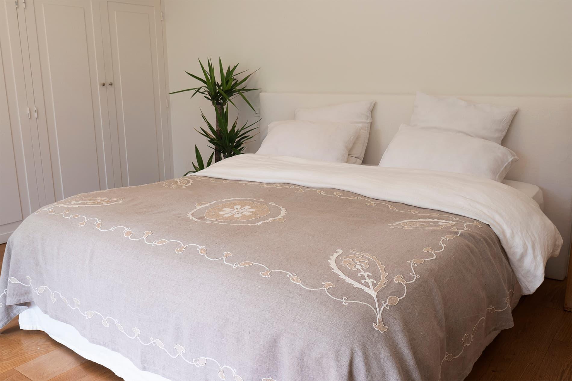 SITORA - Jeté de lit brodé à la main en lin naturel 240x140 cm
