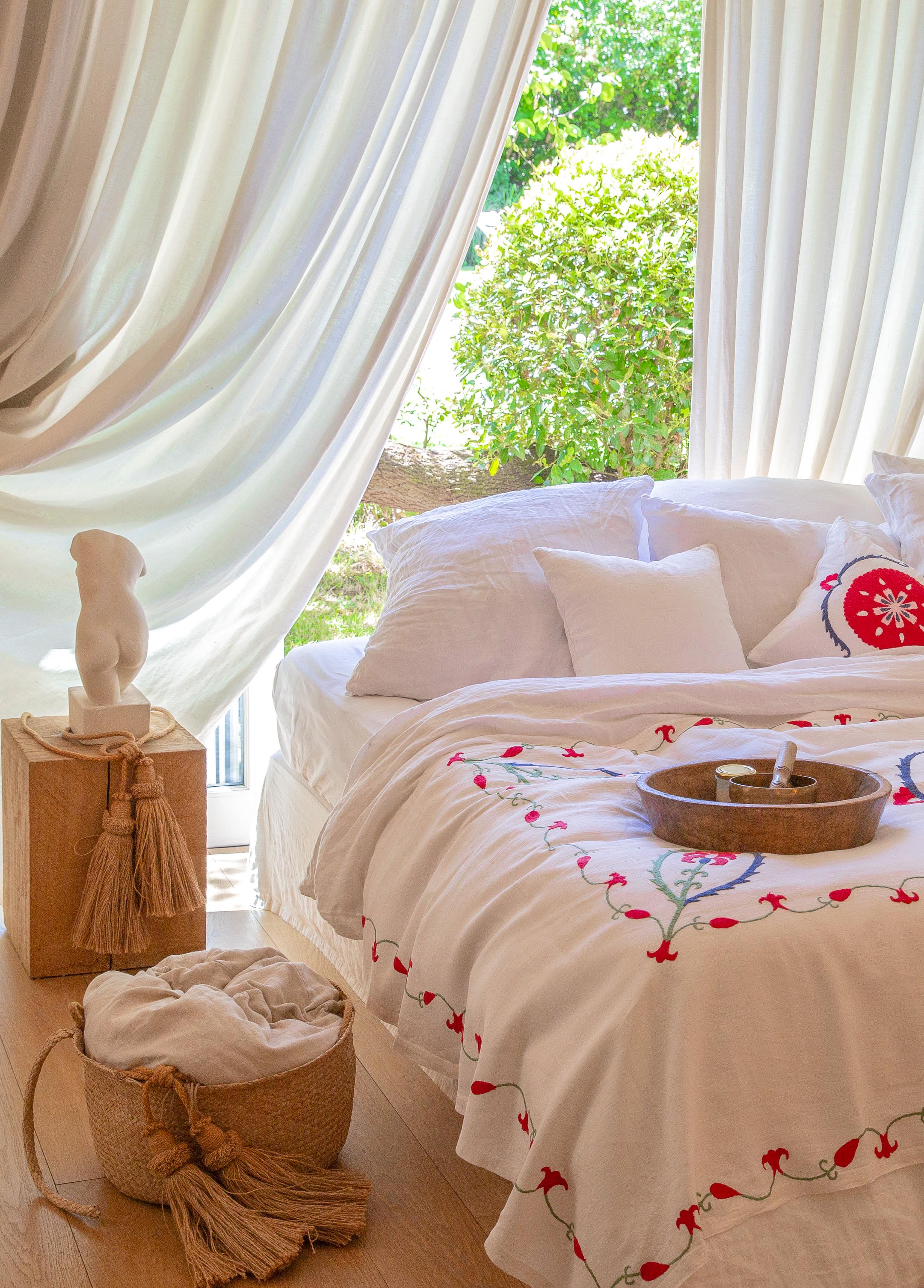 ANOR - Jeté de lit brodé à la main en lin ivoire 260x140 cm