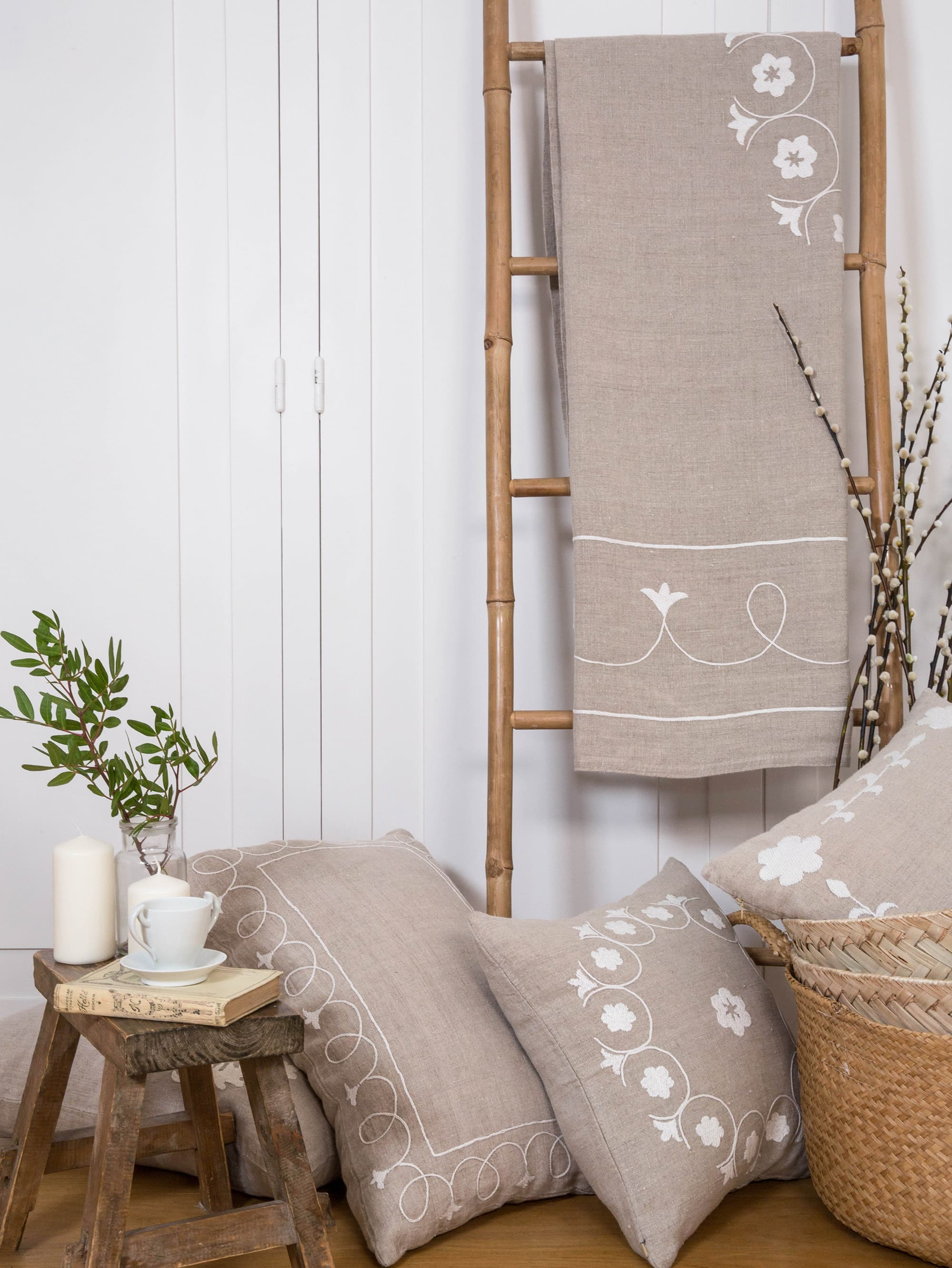 SHAMYA - Jeté de lit brodé à la main en lin naturel 240x140 cm