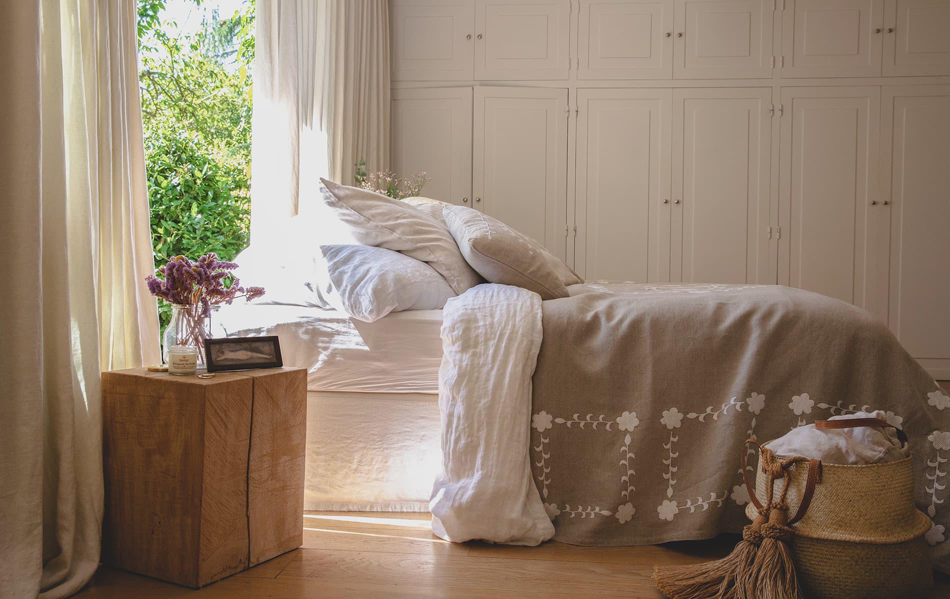 SHAKLI - Jeté de lit brodé à la main en lin naturel 240x140 cm
