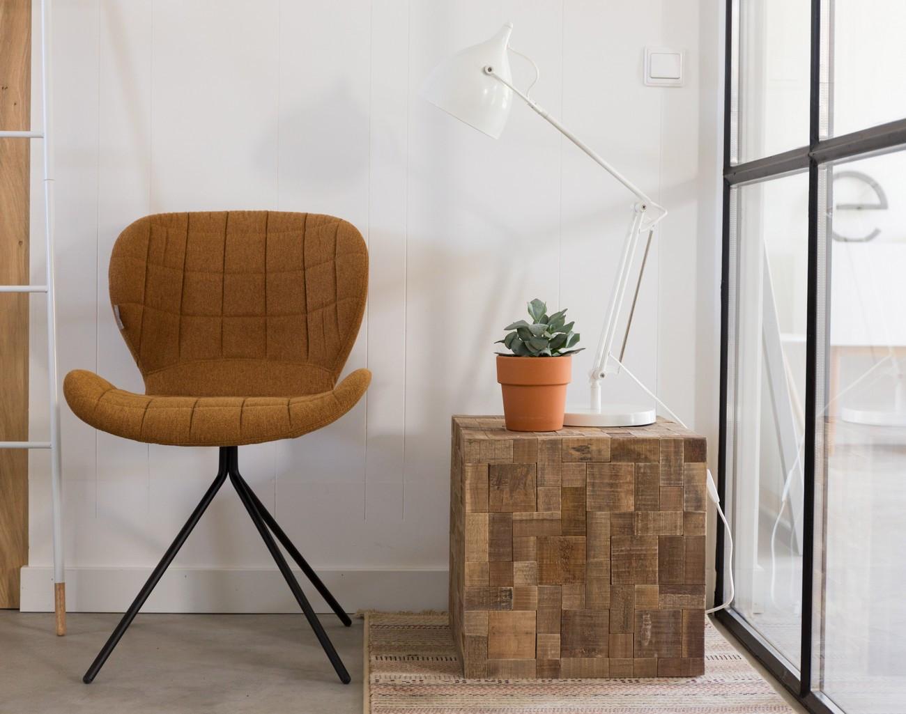 Chaise design en tissu camel