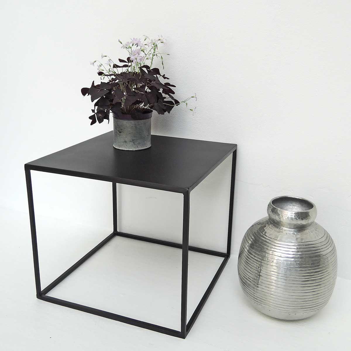 Table basse carrée en métal noir