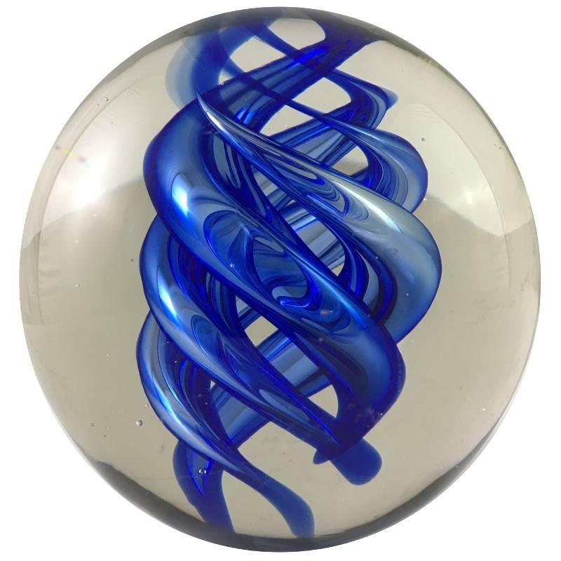 Presse-papier boule en verre bleu D10