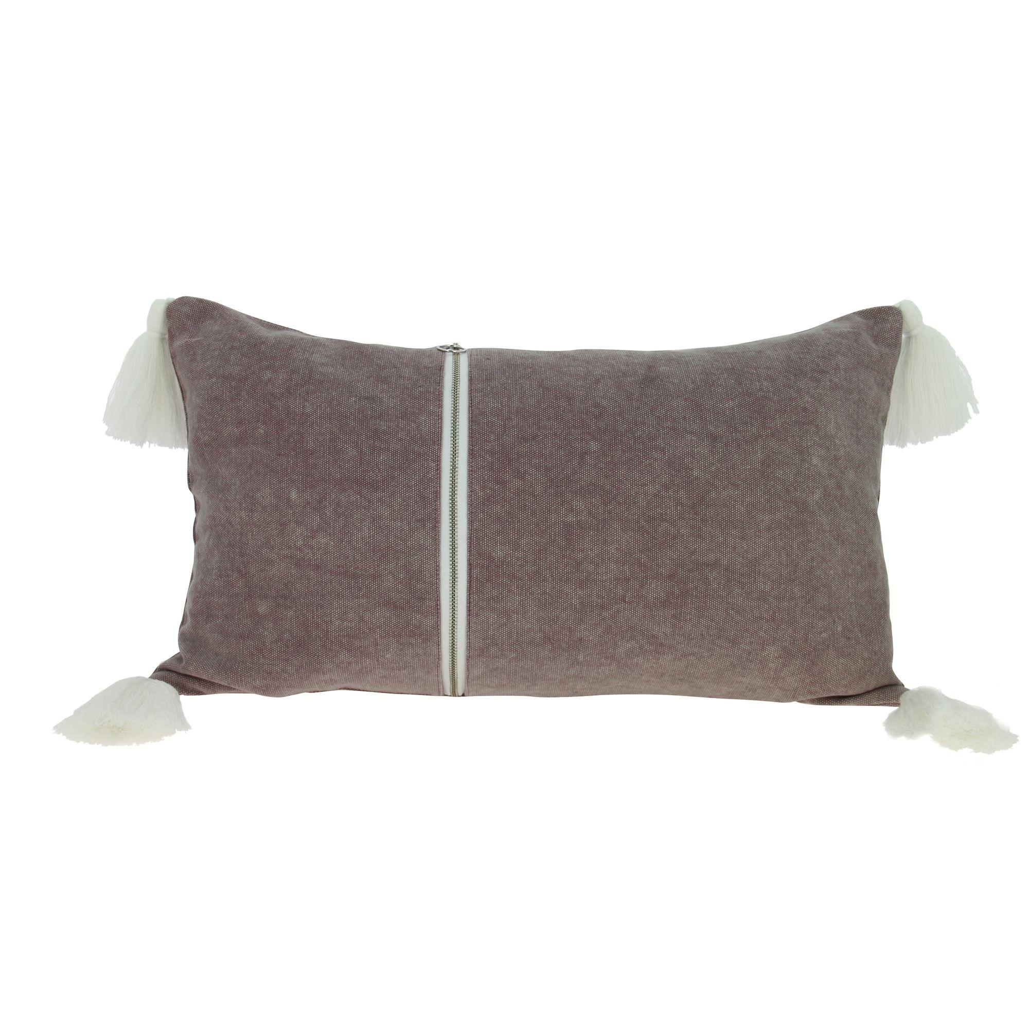 Coussin en coton lavé rose avec pompons blancs 30x50