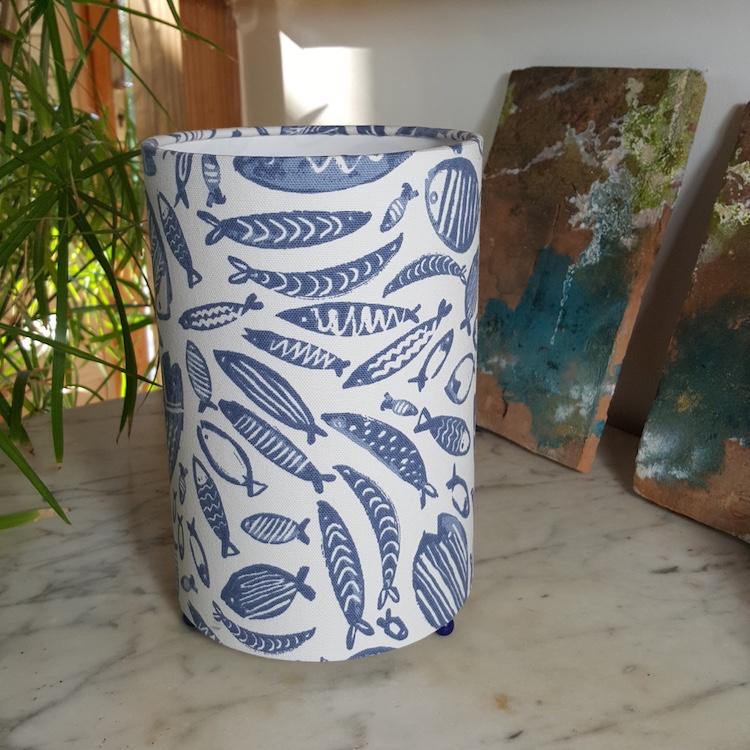 Lampe à poser cylindrique motif poissons bleus stylisés, H 23 cm