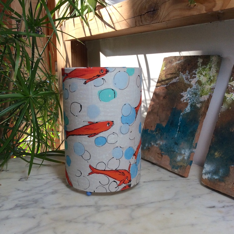 Lampe à poser cylindrique poissons rouges, tissu Lalie Design, H 23cm