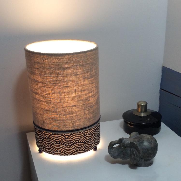Lampe à poser cylindrique, lin naturel et motif seigaiha bleu, H 23 cm