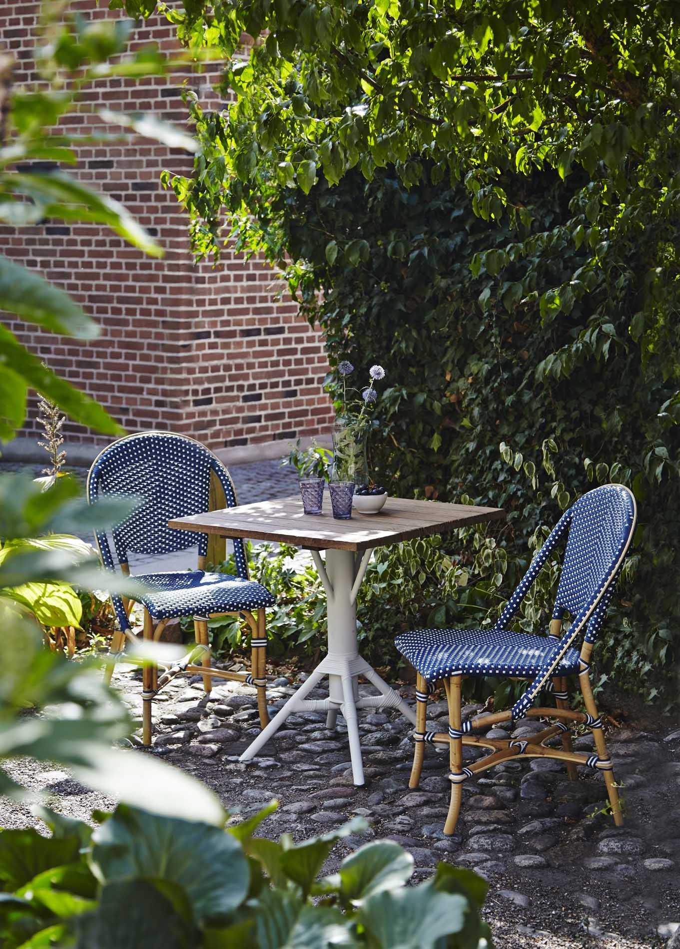 Chaise repas empilable en rotin et fibre synthétique bleu