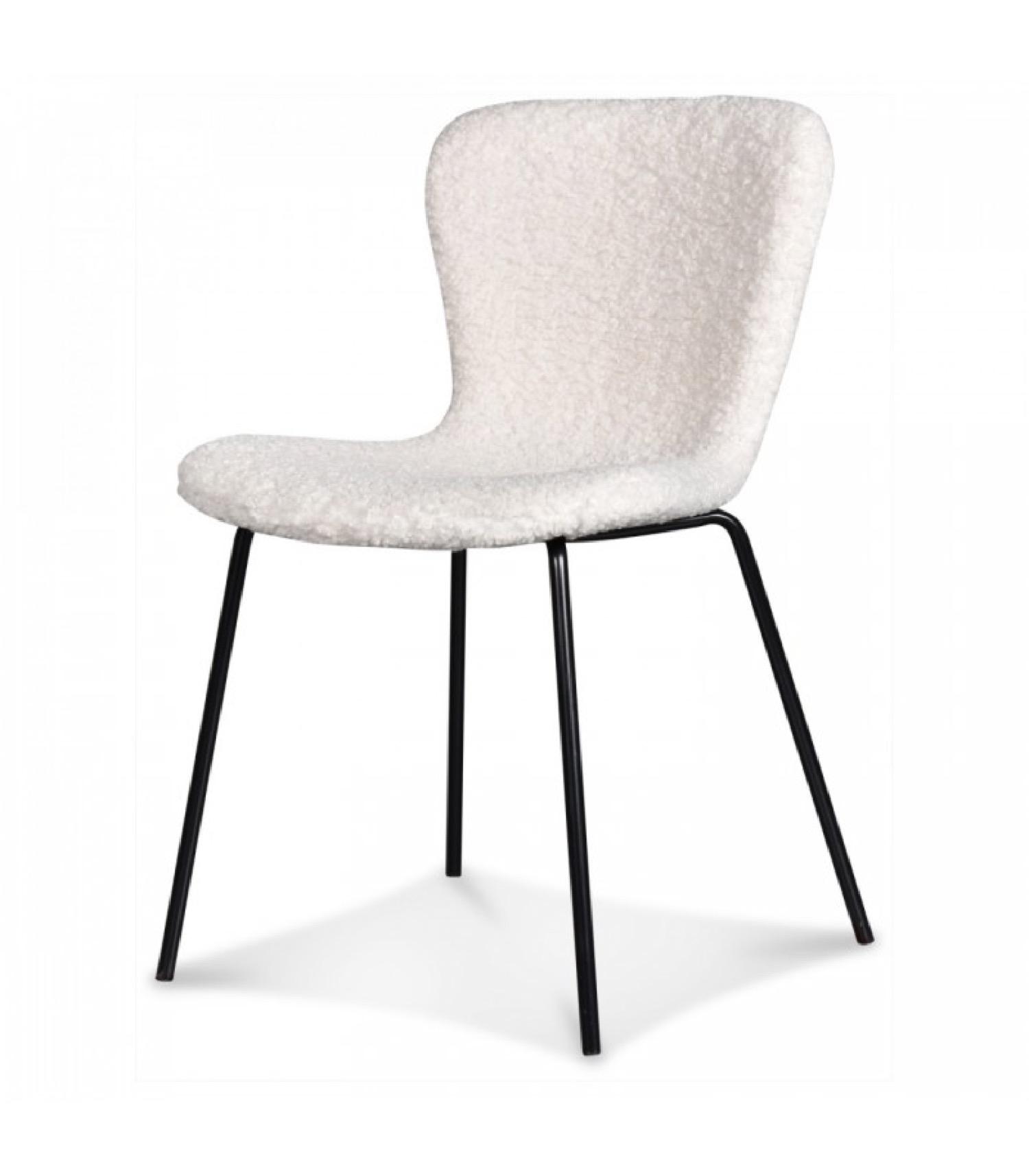 Chaise doudou tissu façon fourrure blanche et pieds noirs