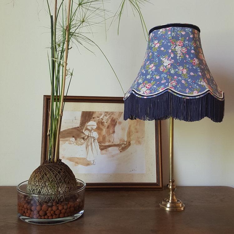 Abat-jour rétro, pagode avec franges, tissu fleuri fond bleu, Ø 30 cm