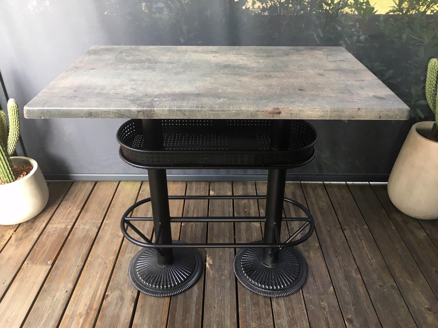 Table bistrot/industriel plateau effet beton gris
