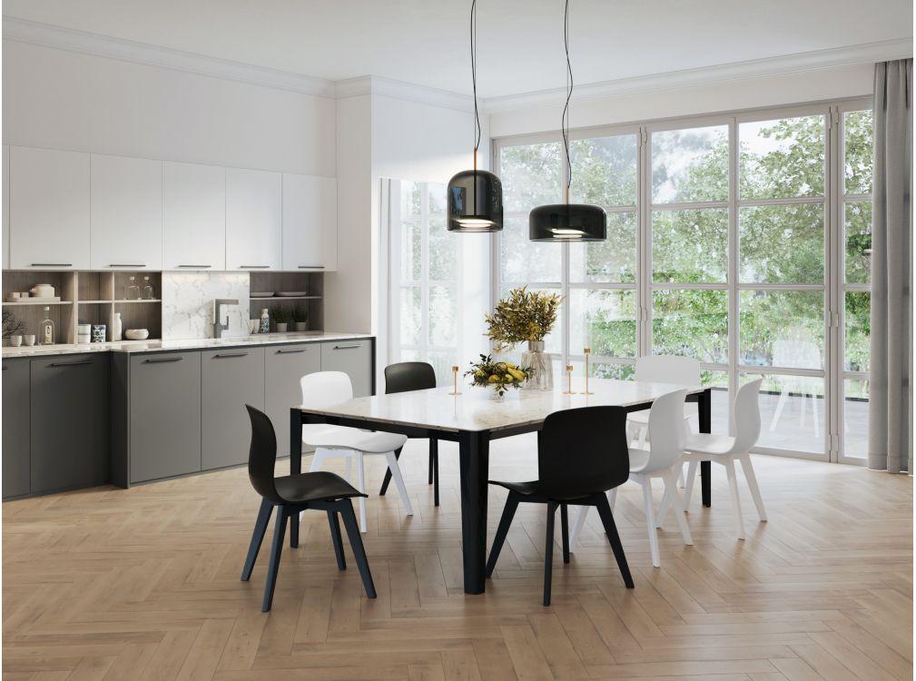Lot de 2 chaises noires design avec pieds en bois teinté
