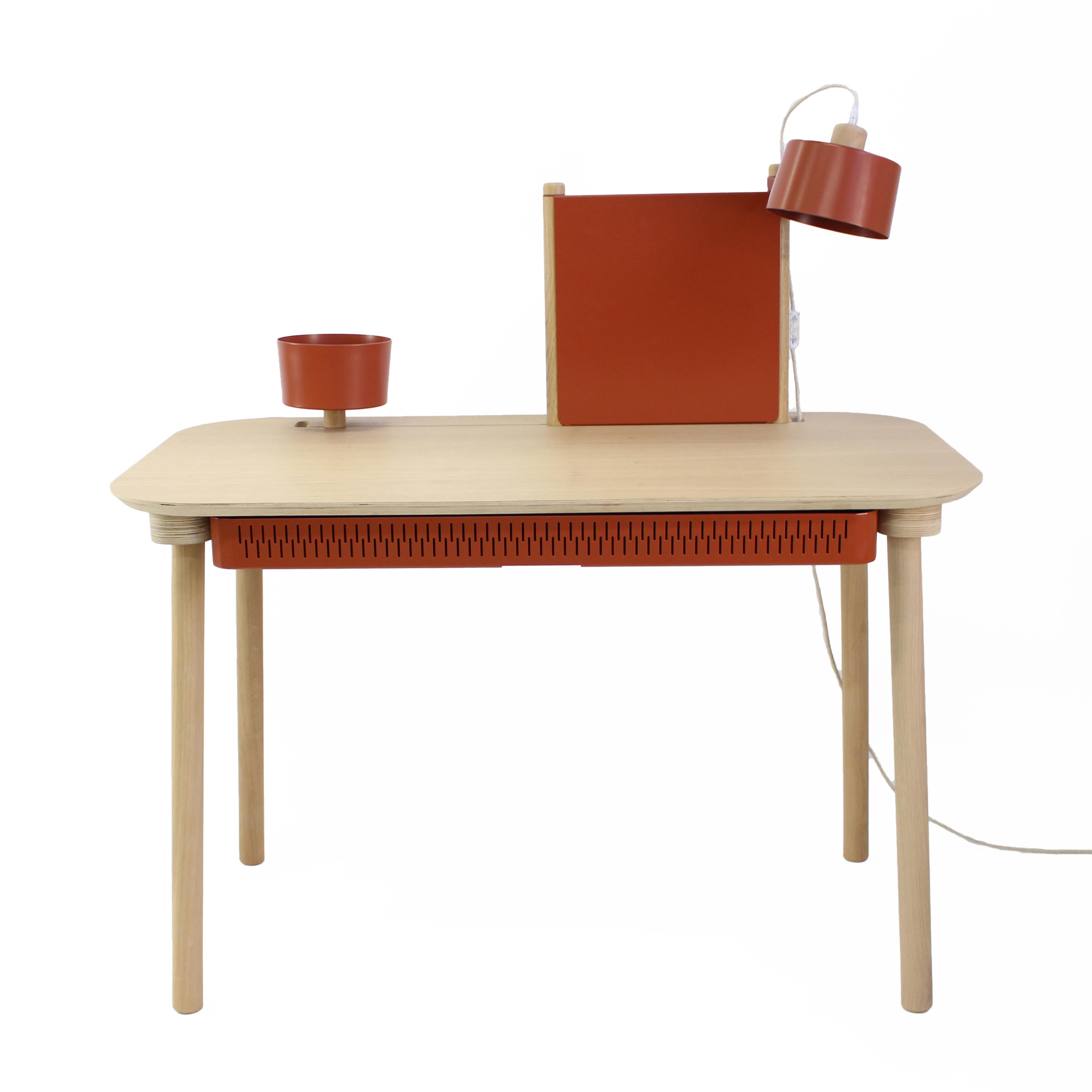 Bureau chêne avec tiroir, bol, lampe et séparateur terracotta