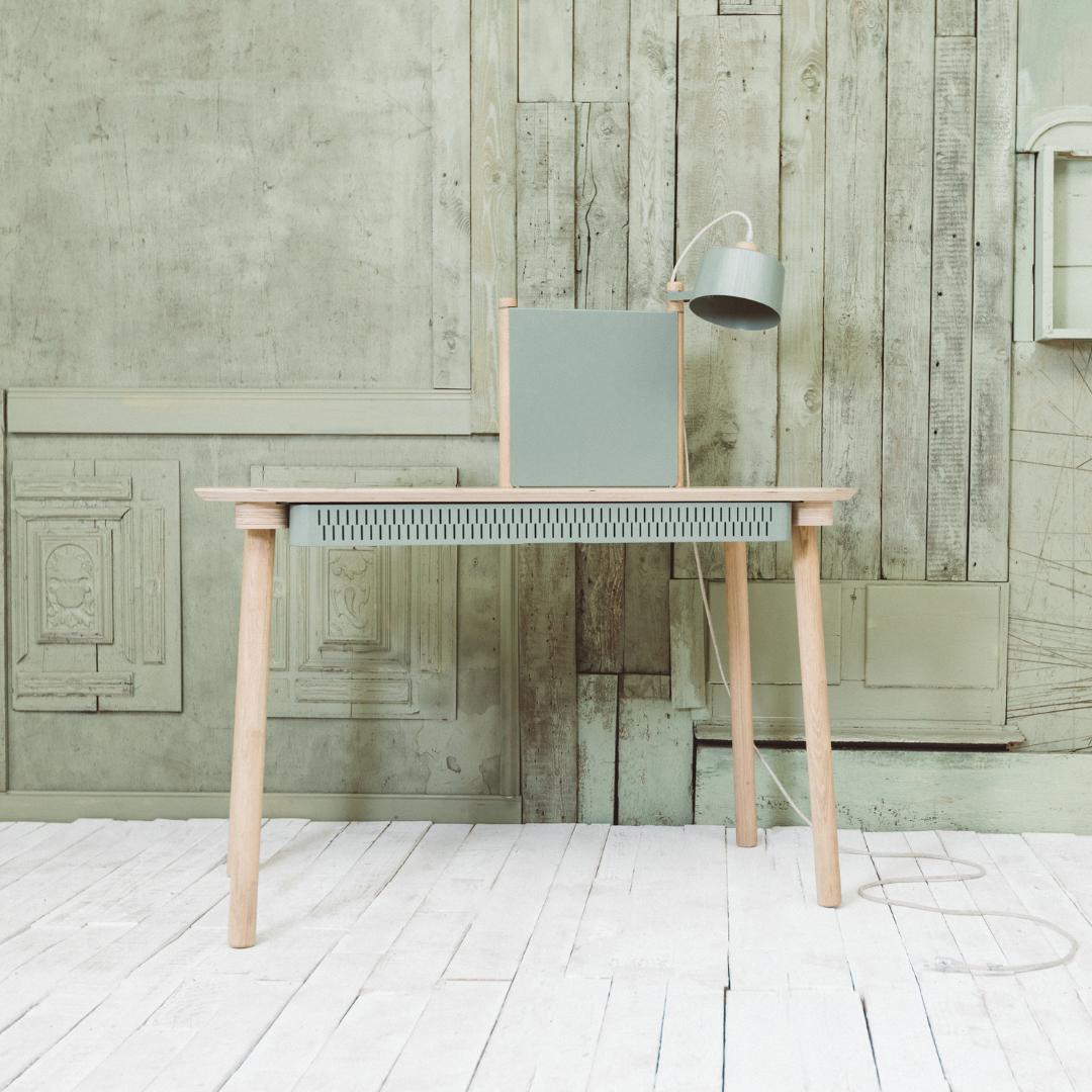 Bureau avec tiroir, séparateur et lampe en chêne et métal terracotta