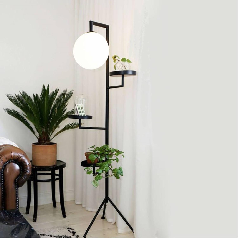 Lampadaire tripode avec tablettes H153cm