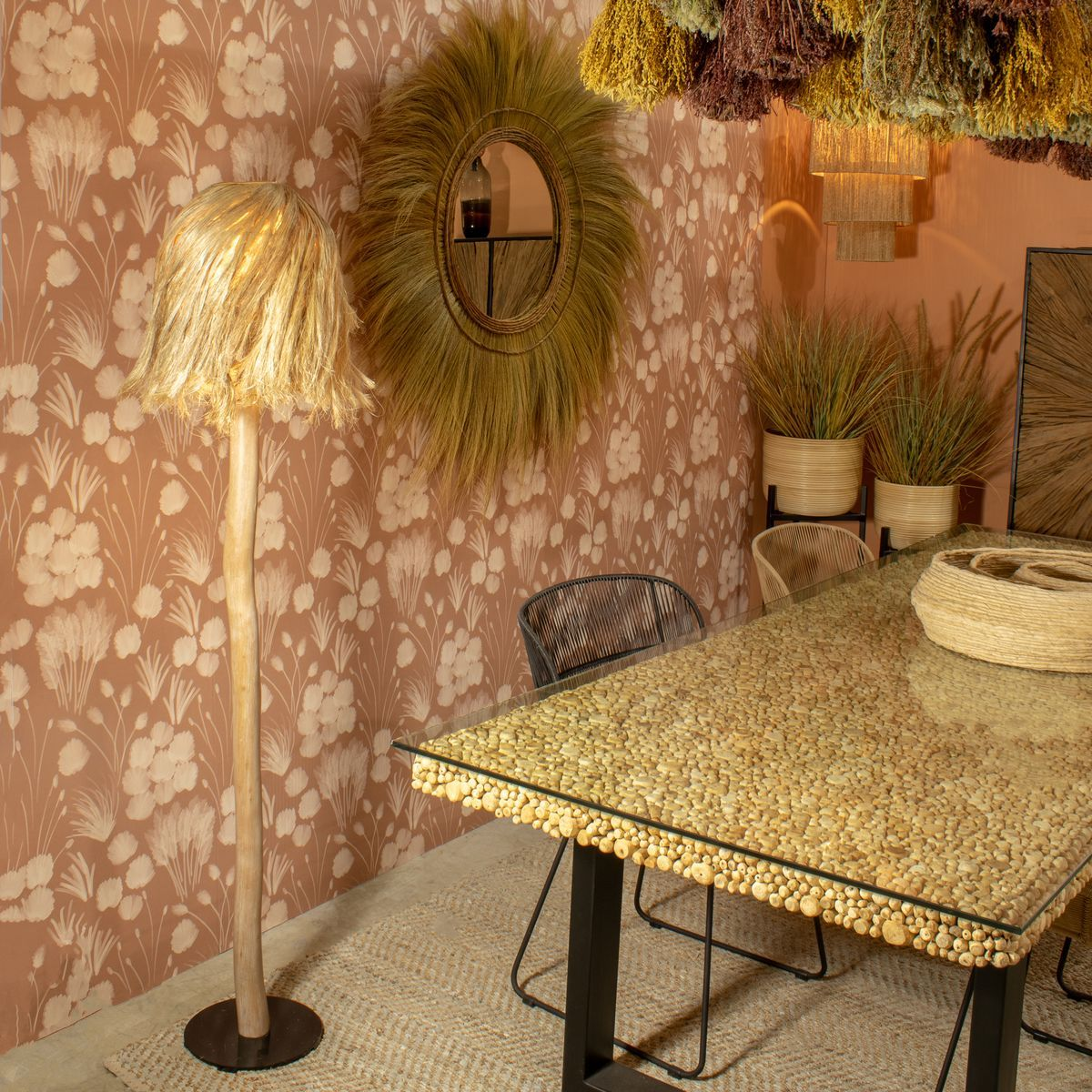 Lampadaire en bois de racine et abat jour en abaca