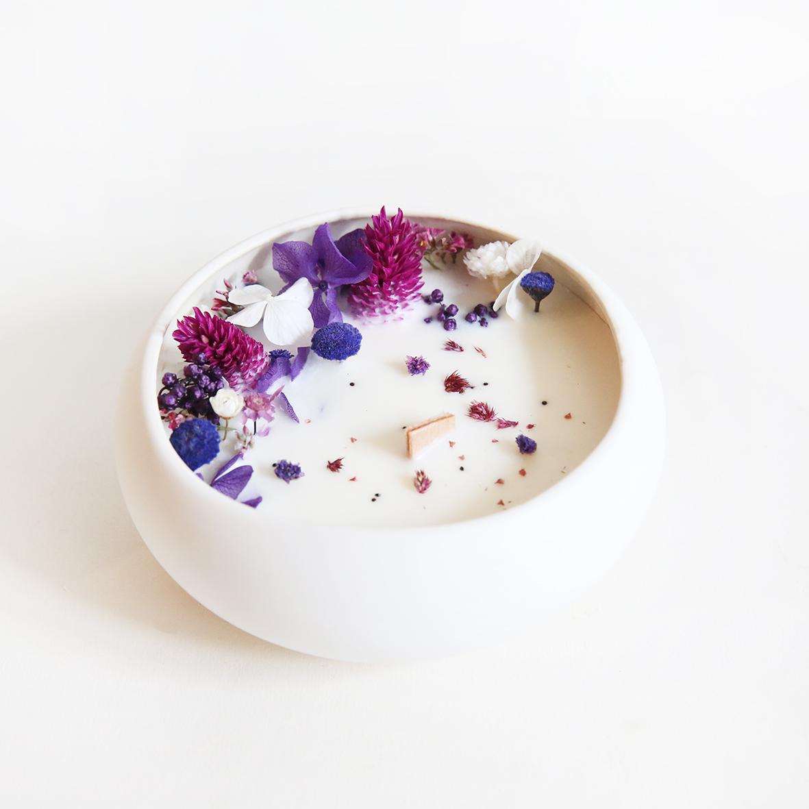 Bougie fleurie cire de soja et fleurs séchées galet violette