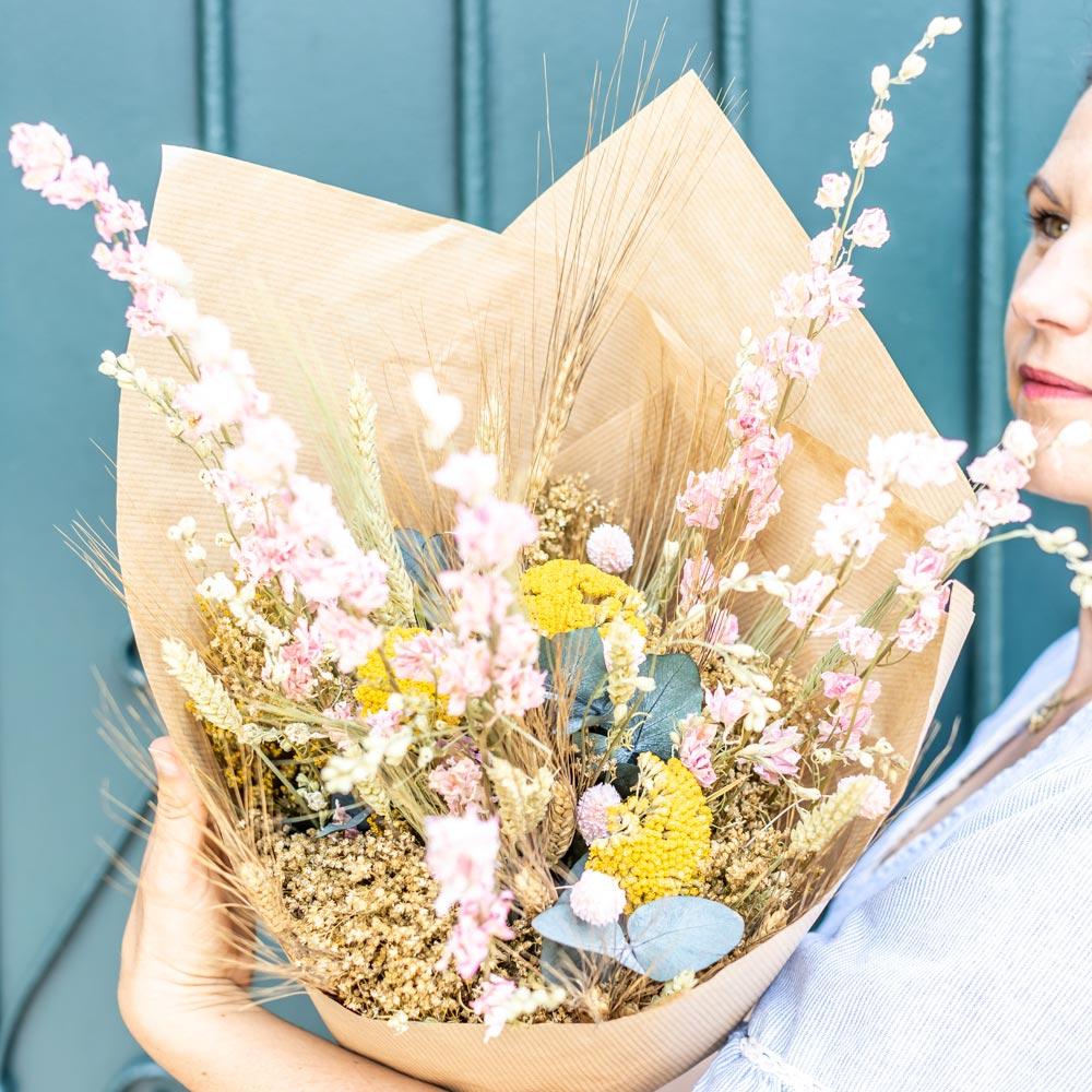 Bouquet de fleurs séchées à base de Delphinium rose