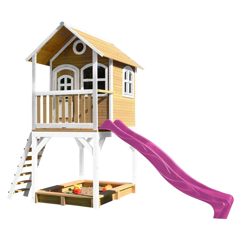 Cabane en bois sur pilotis avec toboggan violet