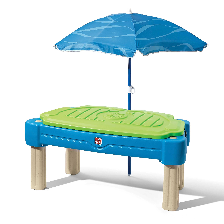 Table sable et eau cascade avec parasol bleu