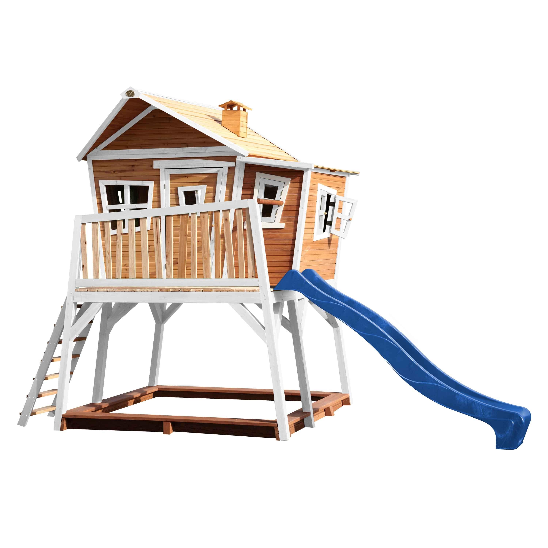 Cabane en bois brun et blanc et toboggan bleu