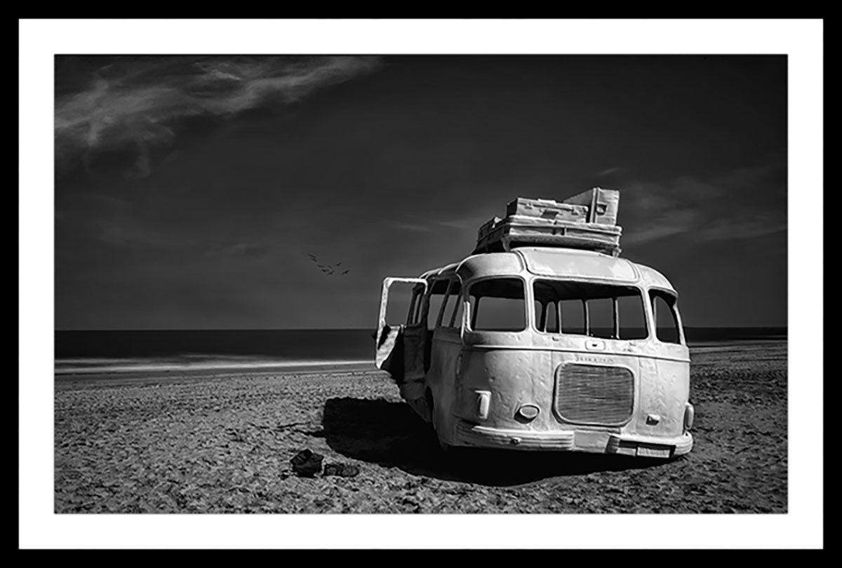 Affiche beached bus Affiche sous cadre noir